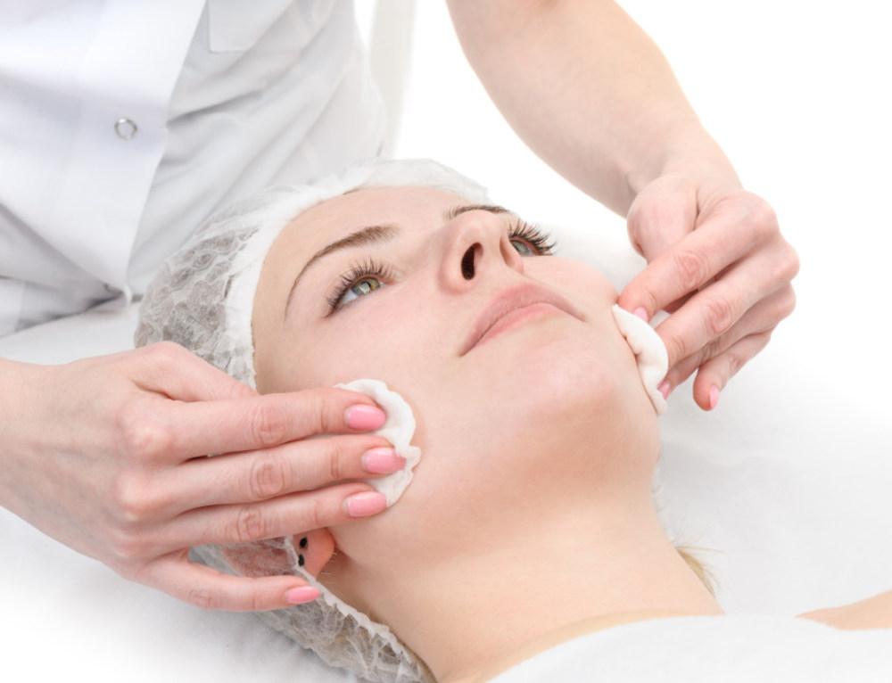 Peelings para renovação da pele: entenda como funciona o tratamento